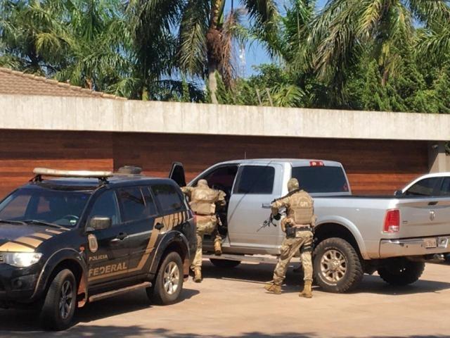 Agentes da Polícia Federal deixam mansão de pecuarista no centro de Ponta Porã (Foto: Porã News)