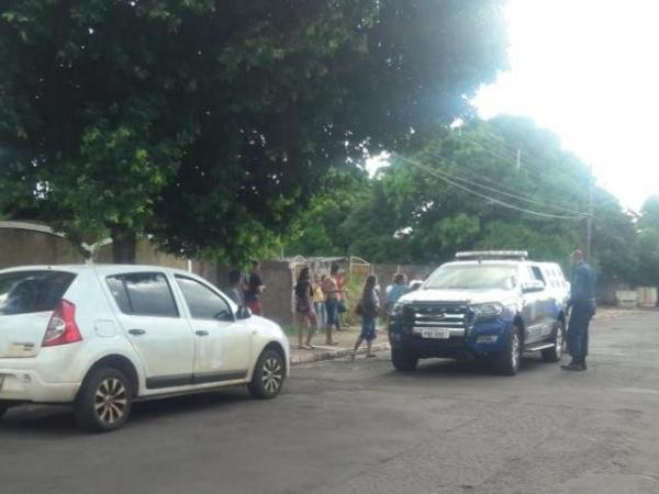 Vizinhos afirmam que abusos ocorriam no carro do pai das crianças e acionaram a polícia neste domingo (3) (Foto: Izabela Sanchez)