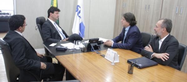 Caravina durante reunião com Mandetta (Foto: Roberto Chamorro)