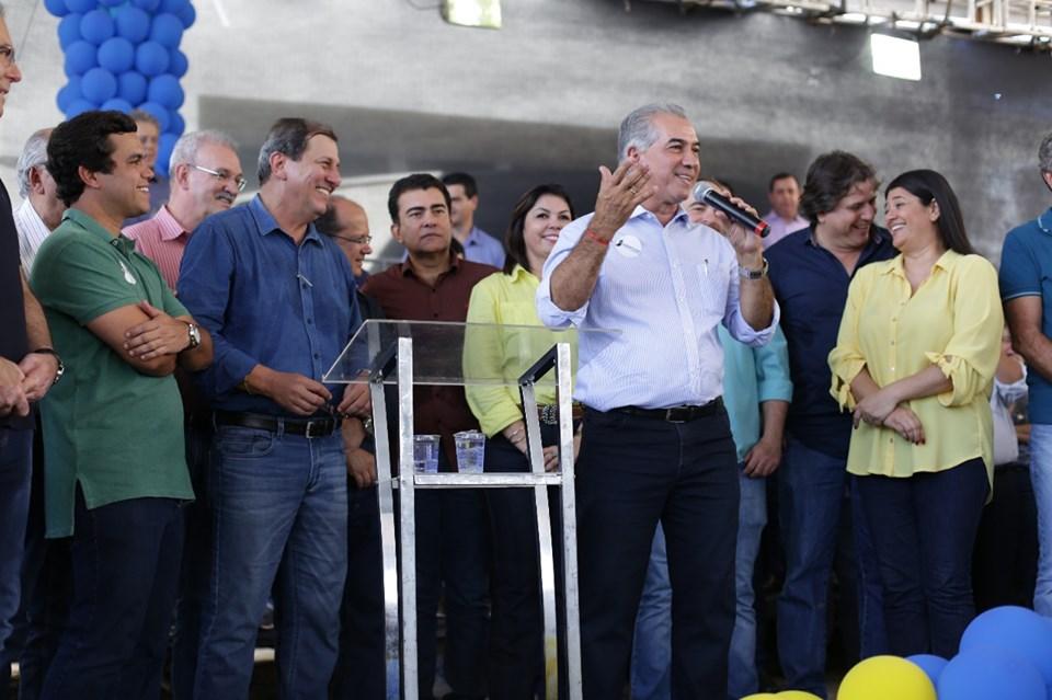 Governador Reinaldo Azambuja e lideranças do partido durante a Convenção e comemoração dos 30 anos PSDB-MS em maio. (Foto: Assessoria)