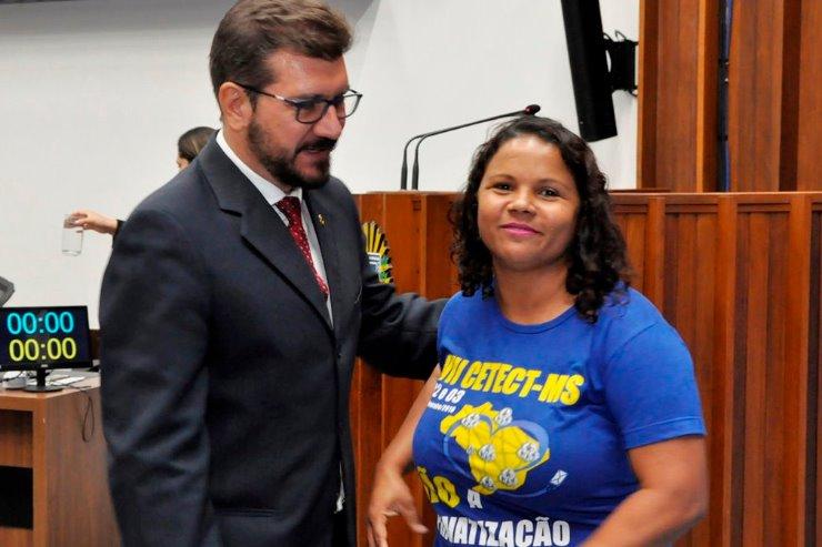 A presidente do Sintect, Elaine Oliveira esteve presente por proposição do deputado Pedro Kemp. (Foto: Luciana Nassar/ Agencia ALMS)