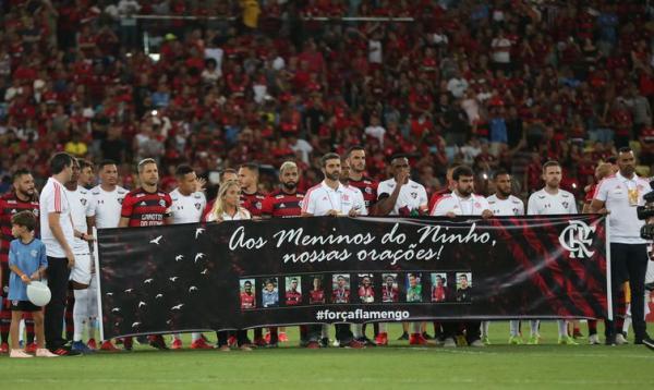 Homenagem às vítimas do incêndio no Centro de Treinamento do Flamengo antes da partida da semifinal da Taça Guanabara entre Flamengo e Fluminense, no Estádio do Maracanã - Ricardo Moraes/Reuters/Direitos Reservados